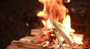 comment faire un feu avec un peu de matériel