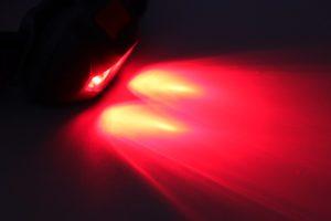 Lampe frontale à lumière rouge pour l'observation de nuit